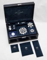 Flotte mørkeblå bunadsskrin. Dette er et spesialdesignet smykkeskrin for oppbevaring av bunadssølv.            Prisen er kun kr. 490,-