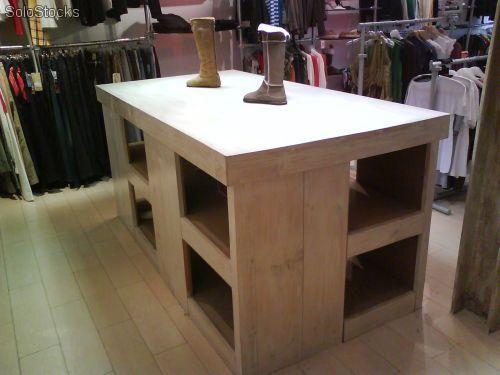 mesas de una tienda : son muebles que se usan para exponer artículos pequeños de forma apilada.