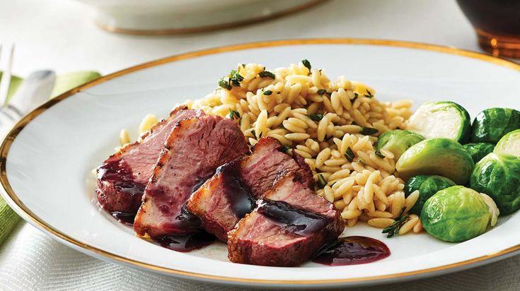 Cuisinez cette délicieuse recette de poitrines de canard, sauce au vin rouge et aux abricots et orzo aux fines herbes