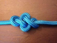A mon avis, le noeud d'éternité, est surement un des plus beaux noeuds qui existe. Je le dis souvent, ce ne sont pas forcément les noeuds les plus compliqués qui sont les plus jolis. Et en voici la preuve. On raconte que dans la symbolique boudhiste,...