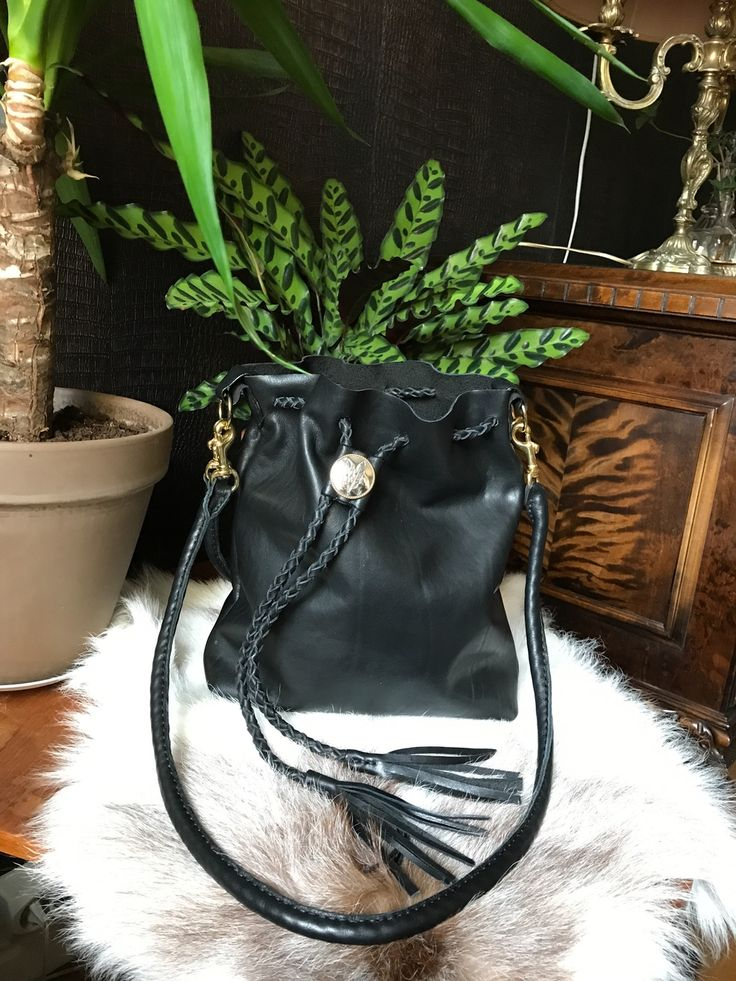 The product • Bucket Bag Black & Gold • is sold by • Jenny Lou Store • in our Tictail store. Tictail lets you create a beautiful online store for free - tictail.com