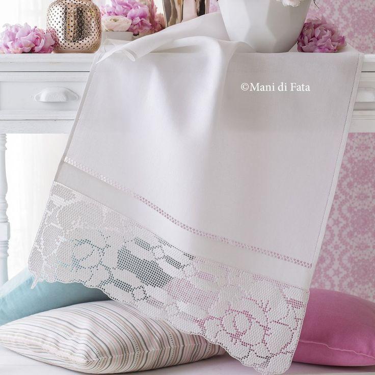 Asciugamano Lino - Schema e Occorrente: Lino bianco, schema su carta a quadretti e occorrente, 2 gomitoli di cotone Tortiglia bianco numero 40, per realizzare l'asciugamano con bordo a uncinetto filet.