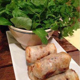 西麻布と広尾の間にある美味しいベトナム料理の店。どのメニューもハーブたっぷり、野菜をふんだんに盛り合わせ、とてもヘルシーでベトナム料理の本領が発揮されている。野菜春巻き、手羽先の揚げもの、茹で豚の野菜包み、海老の揚げもの、混ぜ混ぜご飯、とオススメが目白押し!