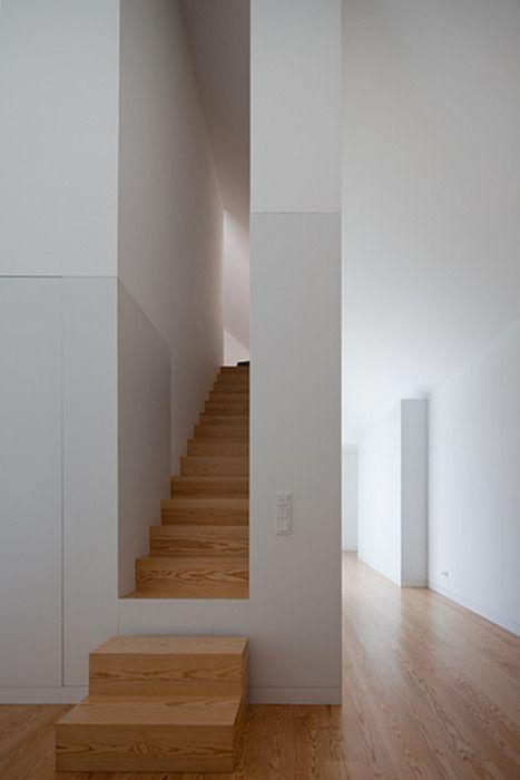 Escalier pour monter aux toilettes si on les fait au dessus de l'entrée.  http://www.johnpawson.com/