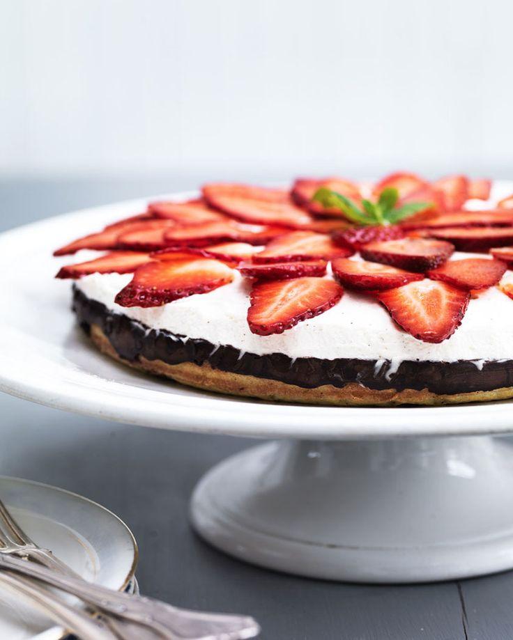 Delicious strawberry cake - gluten-free and sugar-free - Recipe here: MyCopenhagenKitchen.com