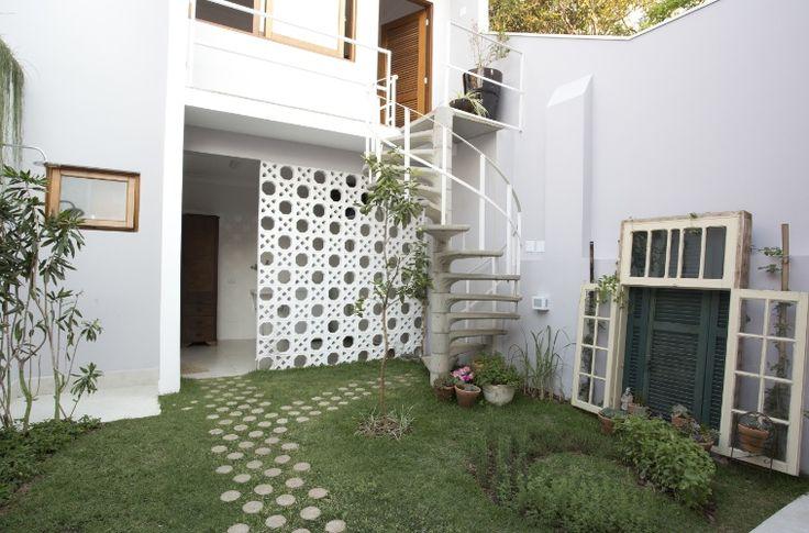 A fachada do sobrado na Liberdade, em São Paulo, ficava parcialmente coberta por uma laje que dava abrigo para a garagem, fechada com portão de folhas, pintado de verde