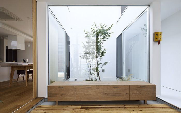 はつが野の家 5つの箱と5つの庭の家 玄関から中庭が見える