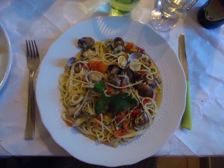 2. In Marciana Marina kunnen we kiezen uit veel verschillende restaurantjes, maar  uiteindelijk gaan we naar Il Gastronomo, waar we een heerlijke Spaghetti con Vongole bestellen. Verrukkelijk!