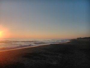 Закат на море в Марина-ди-Кастаньето-Кардуччи Тоскана