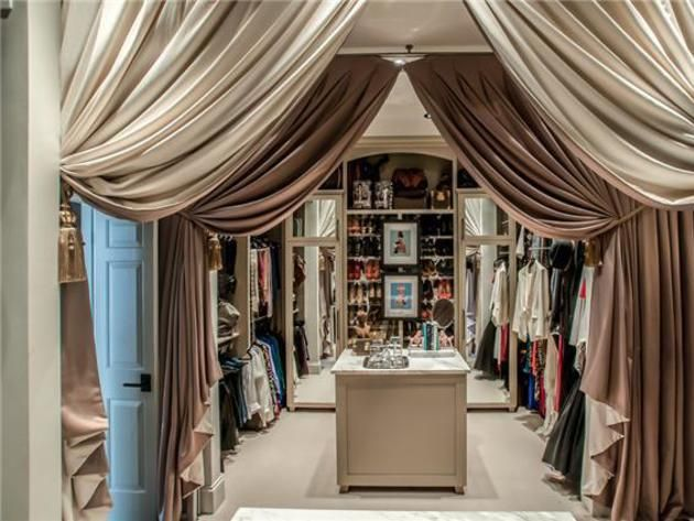 Luxury Walking Closet Center Island With Curtains