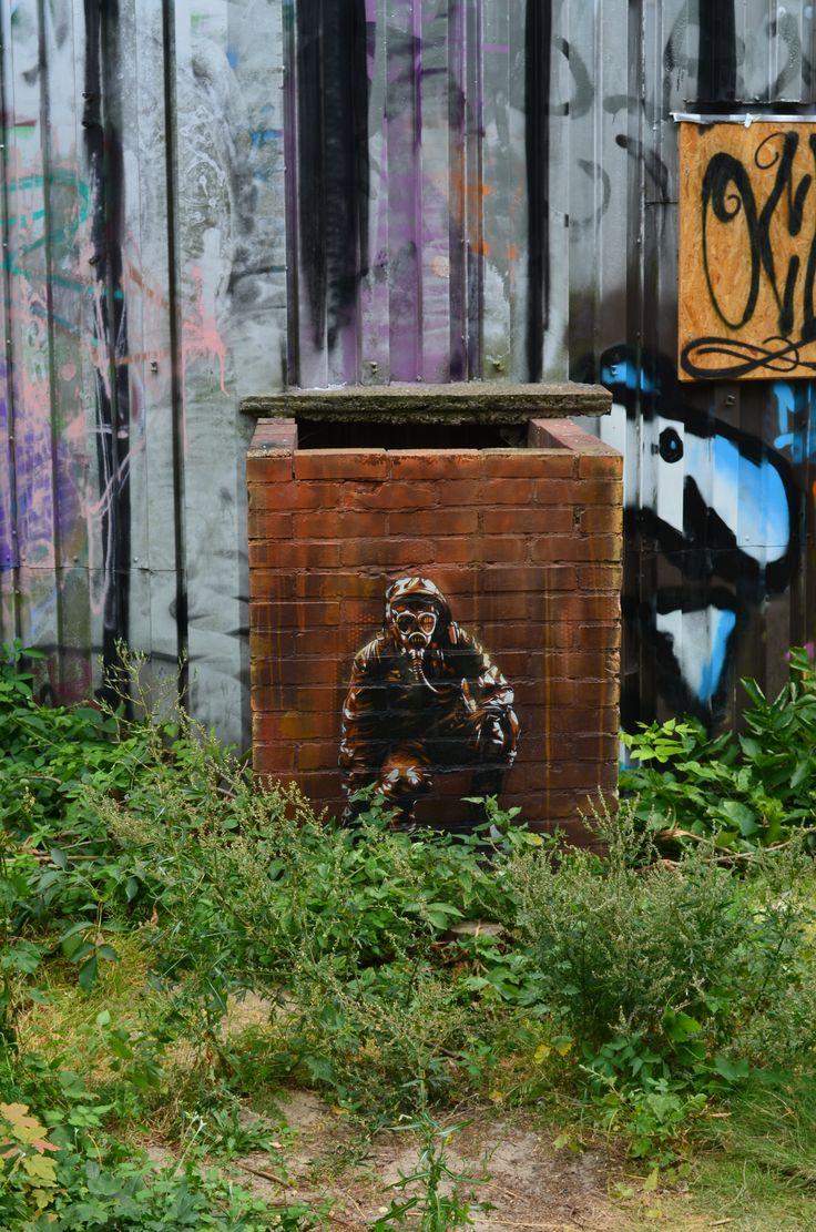 """Teufelsberg, la montagna (o collina) del Diavolo. Perché visiti Teufelsberg e vivi quello che a suo modo è un concentrato di ciò che è berlino: la storia, lontana e prossima, la """"gentrification"""" (cioè la tendenza a imborghesire vecchi quartieri magari popolari ma oggi sempre più trendy), la street art, il fascino di una città che racconta, l'intraprendenza dei suoi (giovani) abitanti e, non ultimi, i posti strani."""
