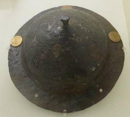 """umbo mérovingien: le bouclier fait partie de l'équipement du guerrier et il dispose d'un umbo volumineux. Le guerrier peut ainsi donner des """"coups"""" de bouclier.-"""