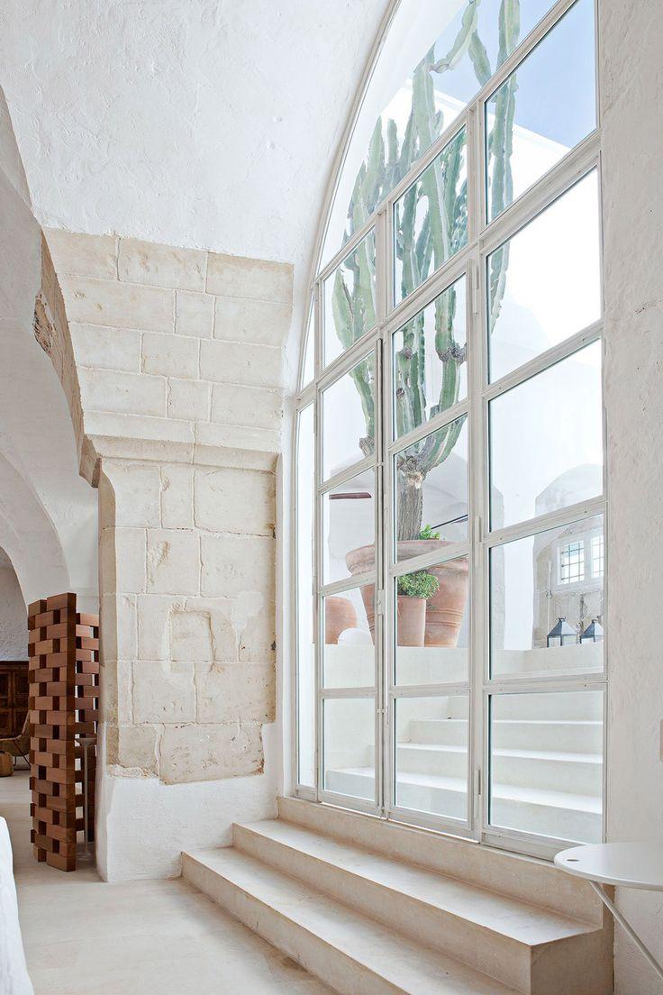 Grande portafinestra del ingresso casa, che è un cortile aperto in puro stile mediterraneo