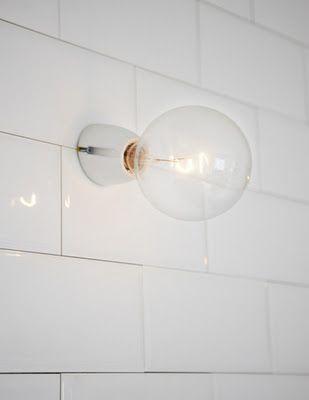 Porcelain socket in our stores: http://www.byggfabriken.com/sortiment/belysning/vatrum-porslinssockel/info/produkter/731-111-vit-vinklad-fotlamphaallare/