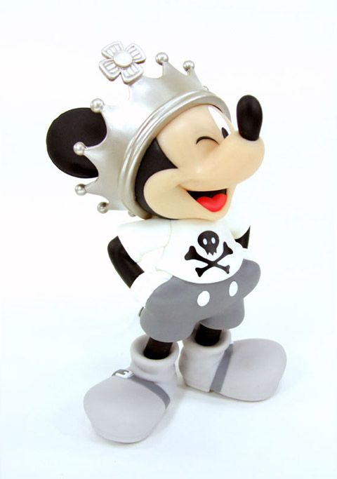 "Mais um Mickey Mouse de vinil da linha ""Roen meets Mickey"" da Medicom Toy. É o Crown Mickey VCD, retratando o camundongo da Disney escondido embaixo de uma coroa bem maior do que ele! O Crown Mickey com 18 cm de altura, vai ser lançado no Japão em abril de 2008 e já está em…"