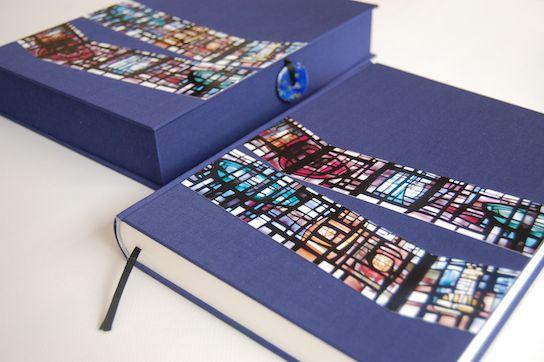 Paarse omslagdoos voor dagboek in dezelfde stijl met linnen en ingelegde foto's