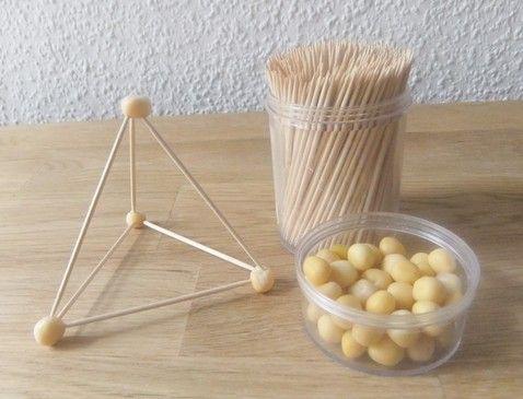 Futtererbsen und Zahnstocher- das braucht man, um mit der Methode von Friedrich Froebel Kantenmodelle von geometrischen Koerpern zu bauen.  Der Clou: Man kann auf die Art bis zu 8 Holzstäbe (Zahnstocher) in 1 Erbse pieksen. Und nach 1-2 Tagen ziehen sich die Erbsen zusammen und fixieren so die gebaute Konstruktion. Dadurch wird sie sehr stabil.