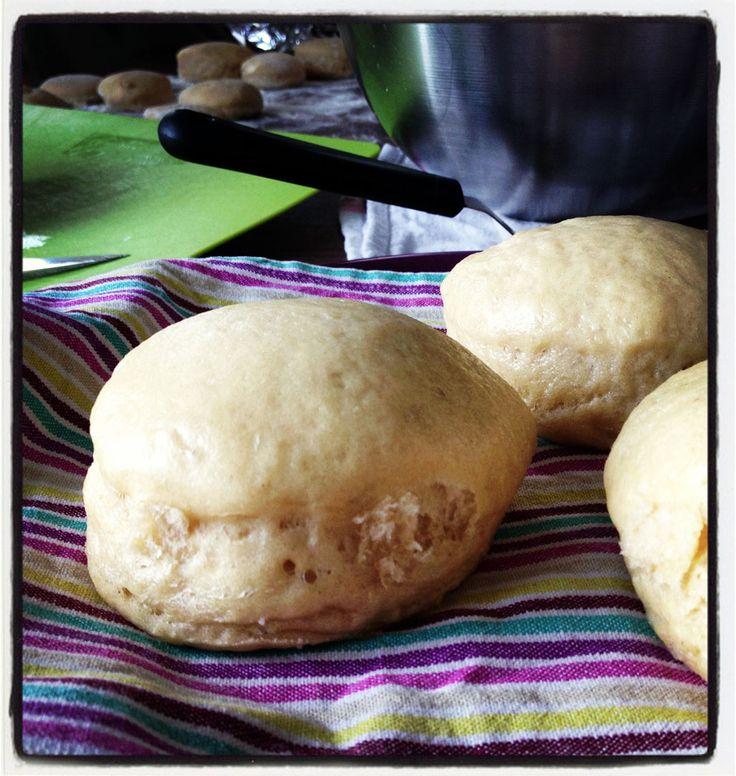 La recette traditionnelle de kluski na parze de la grand-mère polonaise de mon fiancé. Des petits pains cuits à la vapeur, à servir avec un rôti de porc.