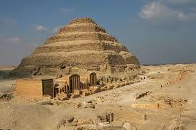 La visita de la piramide escalonada de Zoser en Sakkara, construida por el arquitecto Imhotep, la primera piramide del mundo. http://www.maestroegypttours.com/sp
