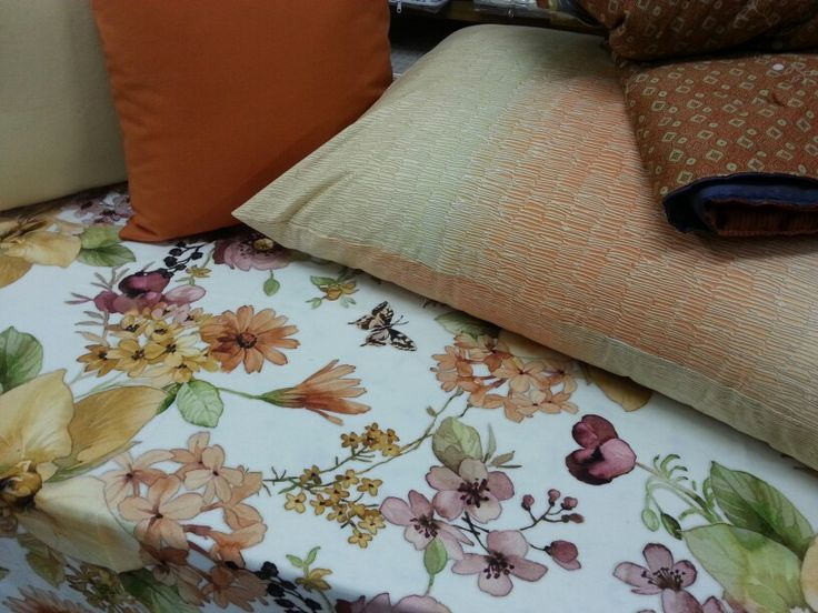 Caldi colori autunnali li troviamo nella tovaglia copripiumino plaid e cuscini...