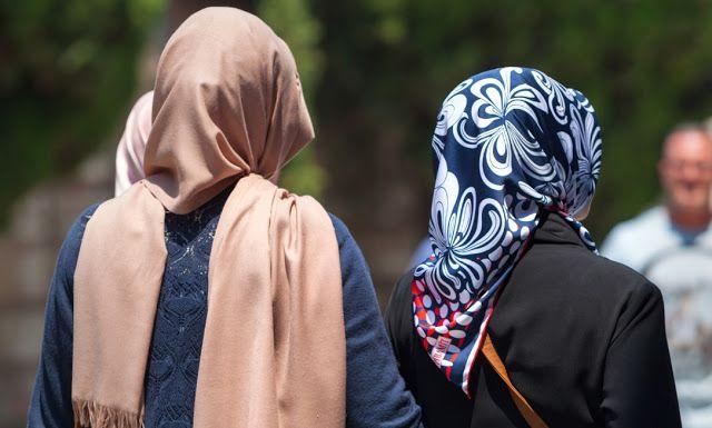 Hukum Puasa Wanita yang Tidak Berjilbab - Puasa merupakan gelanggang untuk melatih dan mengendalikan nafsu, baik yang bersumber dari perut (makan dan minum) maupun kemaluan (jima' di siang hari).