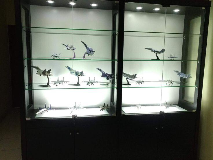 display cabinet, lemari pajangan, lemari pajang kaca, toys, jeffrey woodmachine, rak pajang, diecast, miniature, aircraft, aeroplane, pesawat, koleksi, collection