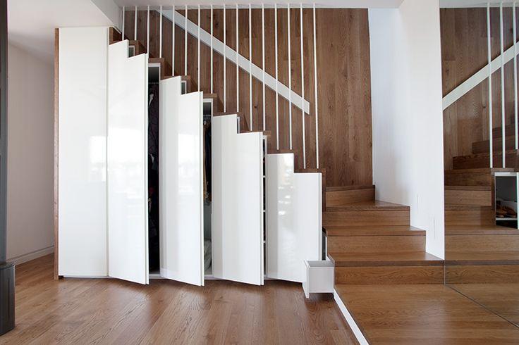 Recibidor escalera contemporaneo decoracion via for Puertas debajo escalera