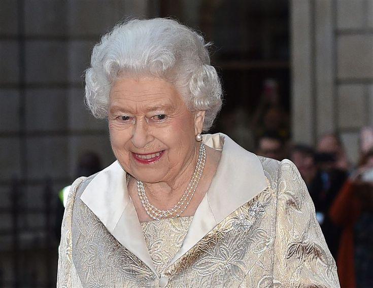 LONDEN - De Britse sporters die afgelopen zomer een medaille wonnen op de Olympische en Paralympische Spelen zijn dinsdagavond ontvangen op Buckingham Palace. Daar werden ze opgewacht door een groot koninklijk ontvangstcomité. Naast koningin Elizabeth waren onder meer prins William en zijn vrouw Catherine, prins Harry, prins Andrew en prinses Anne aanwezig. (Lees verder…)
