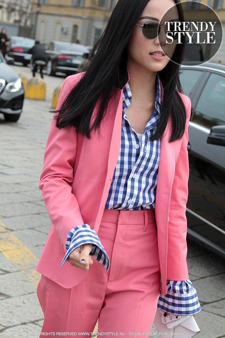 Streetstyle. Love the look! Ph. Charlotte Mesman Het zal misschien niet snel in je hoofd opkomen om je in een totaal roze pak - broek met jasje - te hijsen... Trendy vrouwen lezen Trendystyle