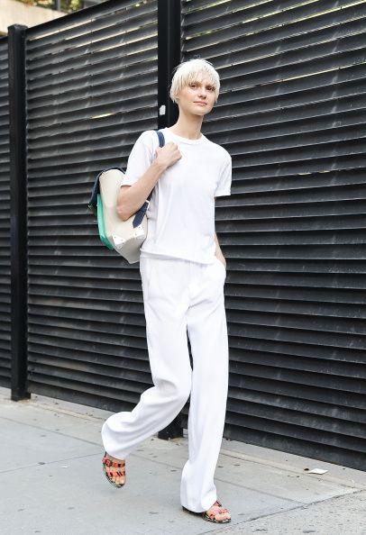 白シャツに白のワイドパンツ。 - 海外のストリートスナップ・ファッションスナップ