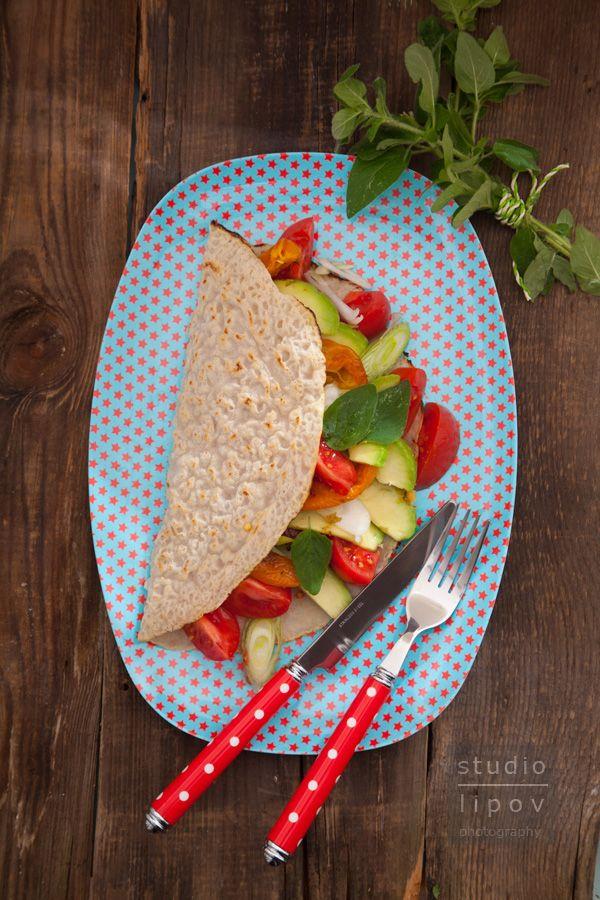 Naleśniki gryczane z bukietem świeżych warzyw i ziołową posypka - Lawendowy Dom
