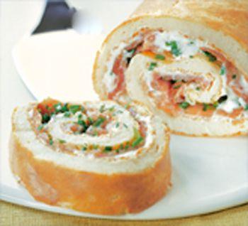 Закусочный бисквитный рулет с лососем