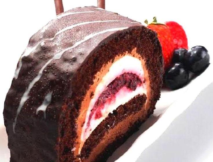 Pionono arrollado de chocolate y frutos rojos