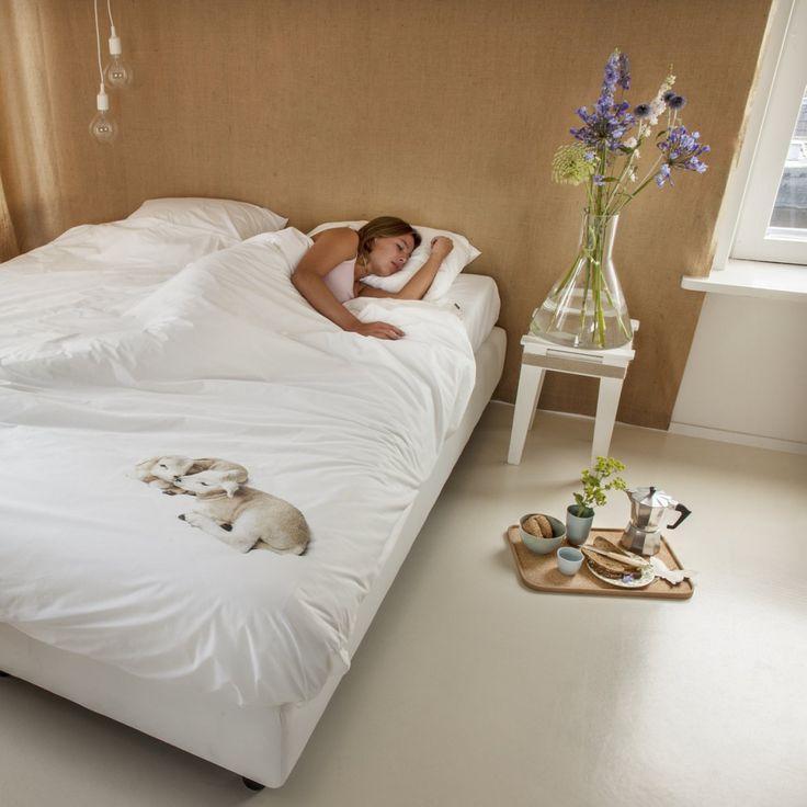 Du trenger ikke telle så mange sauer før du sovner i dette flotte sengetøyet fra Snurk. Sengesettet er i 100% bløt bomull og har to nusselige lam som motiv.