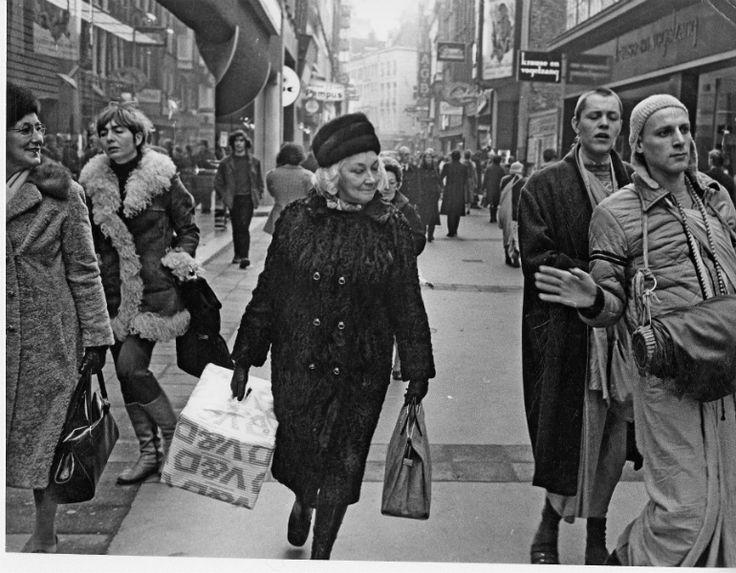 1970's. Hare-Krisna's on the Kalverstraat in Amsterdam. De dame vooraan heeft inkopen hedaan bij V&D, de winkelketen die in 2016 op hield te bestaan. Photo Dolf Toussaint. #amsterdam #1970 #Kalverstraat