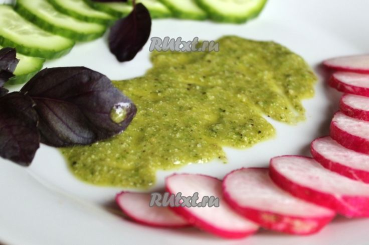 Песто с базиликом и листовым салатом отлично подходит для подачи стейков, для этого его наливают на сервировочную тарелку для подачи.