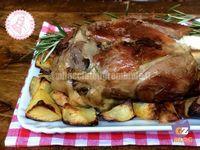 lo stinco di maiale al forno è una delle ricette più gustose e semplici che conosca...lo metti in forno e te lo dimentichi finchè non è cotto