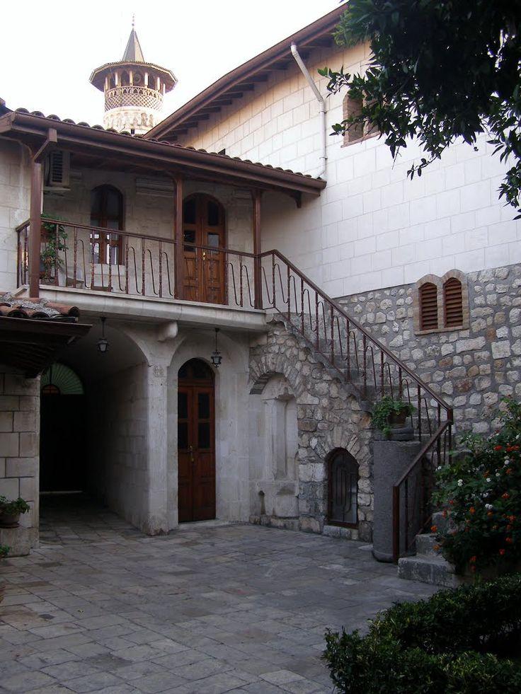 Antakya katolik kilisesi/Hatay/// Hıristiyan cemaatinin ve hacıların toplantıları için iki salon ve üç nefis bahçeden müteşekkildir. Restorasyon işleri iki yıl devam etmiş (1989-1991) olup, Antakya'lı Mimar Selahattin Altinöz'ün eseridir.