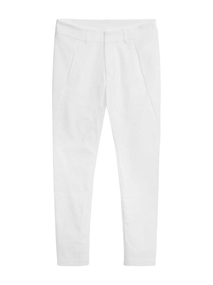Dressad byxa i en avslappnad modell men med en smal, välsittande passform. Smalnar av på benet och lösare upptill. Välj bland flera färger. Shoppa online & i butik!