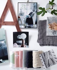I vår skandinaviska trend speglar vi vår längtan till naturen. Vi hämtar mönster och material från naturens flora bland växter och djur. Ljusa toner med svag färgsättning som puderrosa och mintgrönt återfinns på textilier. Fotoprint sätter twisten och vi mixar upp med marmor och koppar på möbler och dekoration. Släpp in ljus och harmoni i ditt hem med nya sängkläder med naturtrogna prints, piffa fåtöljen med nya prydnadskuddar och duka bordet med linnedukar.