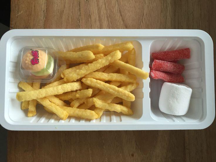 """Dat was smullen deze traktatie... Chips frietjes met """" mayonaise, ketchup en een hamburger """""""