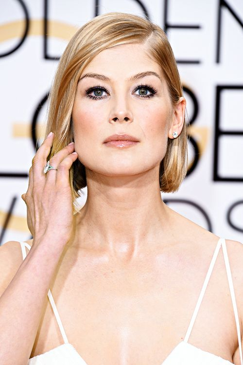 Rosamund Pike attends the 72nd Annual Golden Globe Awards at The Beverly Hilton Hotel on January 11, 2015 in Beverly Hills, California.