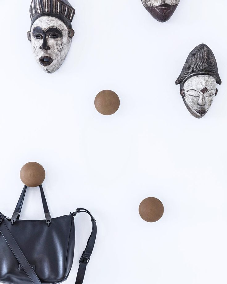 Button-Up coat hooks in cognc coloured leather - add a graphic touch to the wall.  #knager #entré