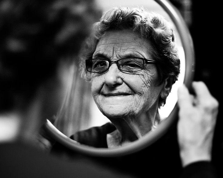 Portretfotografie spiegel zwart-wit Eindhoven. Foto door Marijke Krekels Fotografie
