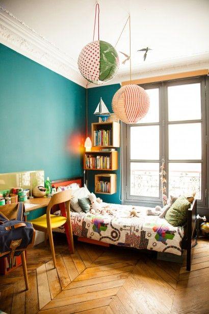 Chambre d'enfant colorée, appartement parisien, lampe boule japonaise, murs bleus, The Socialite Family