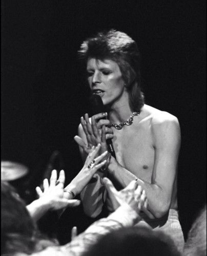 Bowie in perfect Ziggy pose