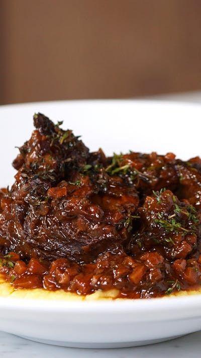 Que tal sair da rotina e preparar um Ossobuco? A carne fica super saborosa e desmancha na boca! Já a clássica e prática polenta é o acompanhamento perfeito para esse prato!