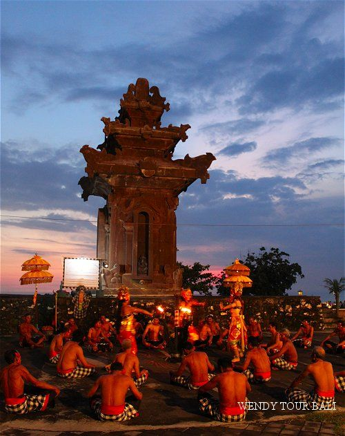 神が住む島、バリのタナロット寺院では毎夕ケチャックダンスが観れるそう。バリ 旅行・観光でおすすめのスポット!