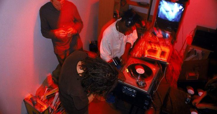 Cómo diseñar una cabina de DJ. Poco después de empezar a trabajar como DJ, el deseo de crear un espacio donde te sientas cómodo mientras mezclas puede comenzar a surgir. Una cabina de DJ hecha a medida deja un amplio espacio para todo tu equipo, haciendo que todo sea fácilmente accesible mientras reproduces tu música. Si tu colección de discos está ocupando mucho espacio en tu ...