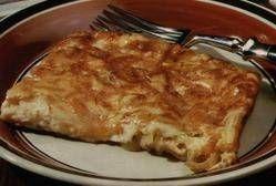 Een super lekkere uien-taart met twee soorten kaas en wat uitgebakken spek reepjes. Vegetariërs kunnen het spek rustig weglaten. Snel gemaakt met bladerdeeg....